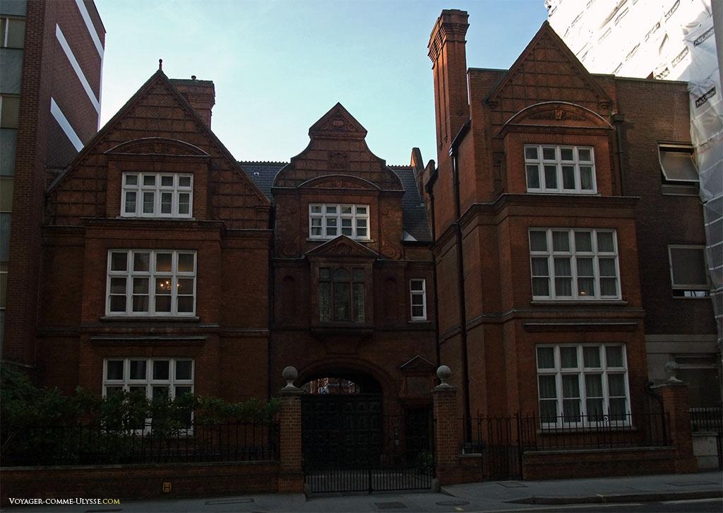 """Façade de briques, savamment disposées. Les fenêtres blanches aux petits carreaux sont, dans mon imaginaire, ce qu'il y a de plus """"British"""" :)"""