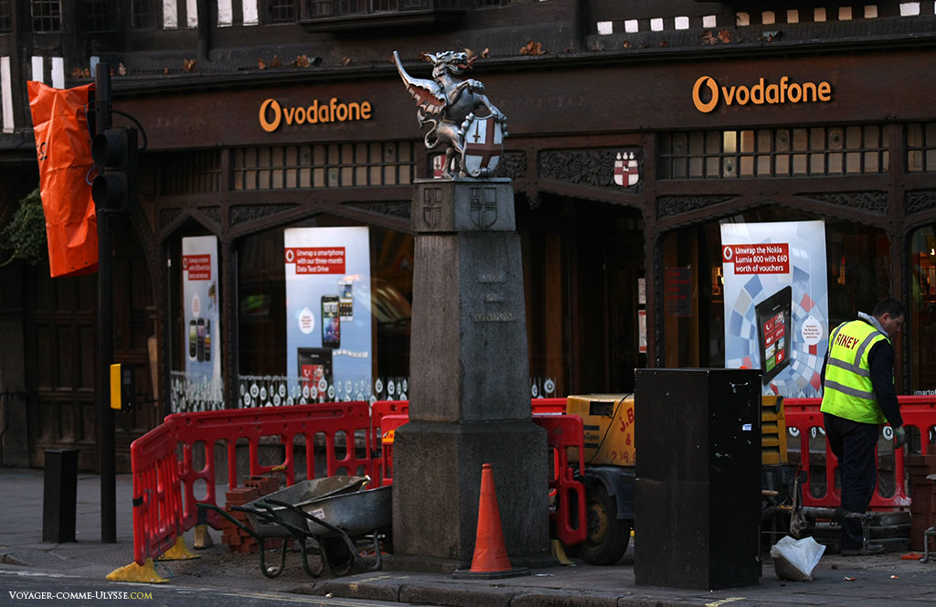 L'entrée de la City of London est marquée par les armoiries de la City, un dragon. On peut d'ailleurs voir que ce symbole traditionnel semble bien ignoré, au milieu des travaux en cours...