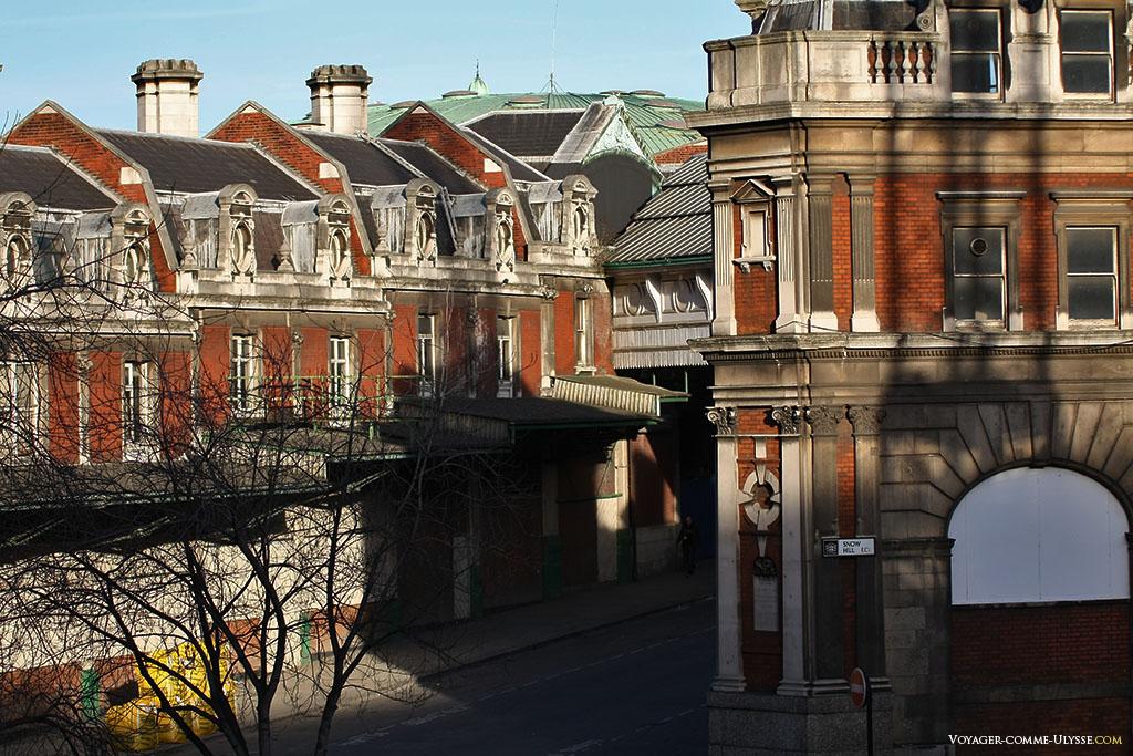 Traditionnels immeubles en brique. C'est la rue Snow Hill, comme on peut l'observer à partir de Holborn Viaduct.