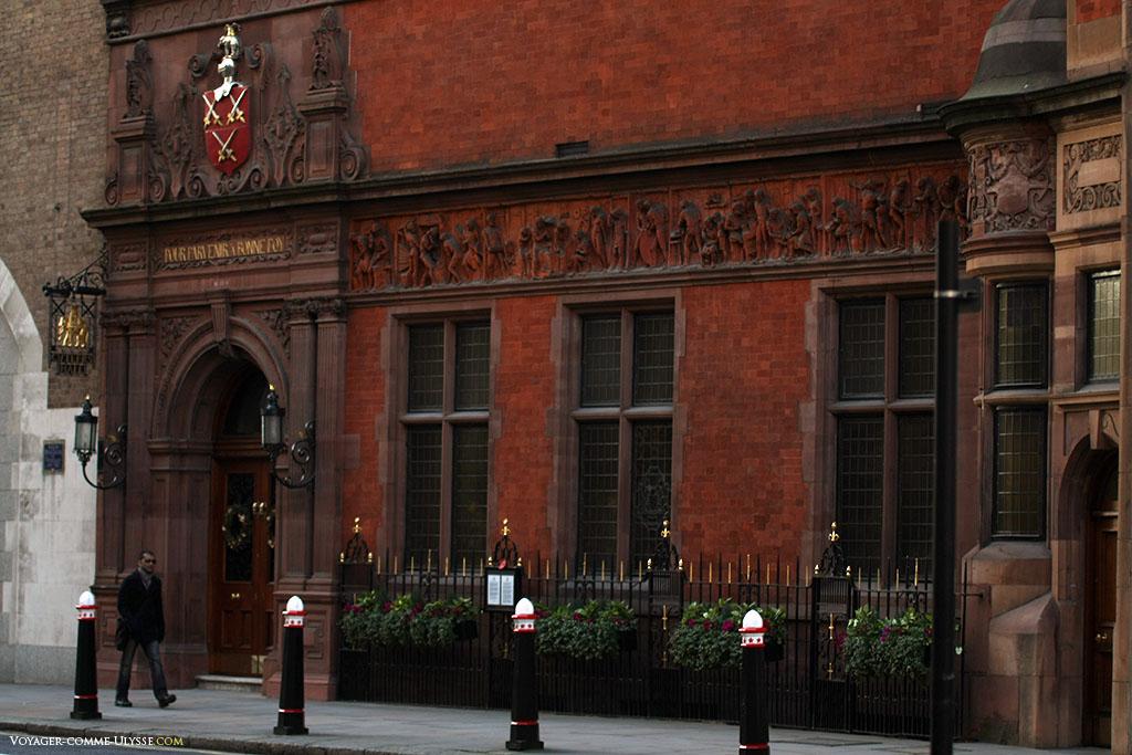 """Worshipful Company of Cutlers, la confrérie des couteliers. La façade de leur siège londonien arbore leurs armoiries, leur devise, """"Pour parvenir a bonne foy"""" et surtout cette fresque sculptée, représentant le travail de la coutellerie, oeuvre de l'artiste Benjamin Creswick."""