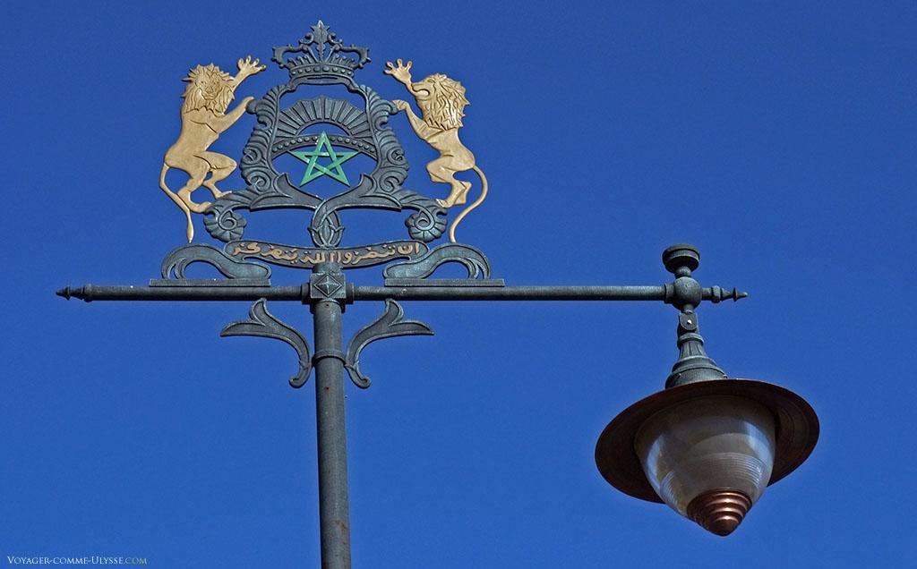 Les emblèmes royaux, couronnant un lampadaire de Marrakech. Deux lions, tournés vers une couronne, entourent une étoile, symbole du Maroc.