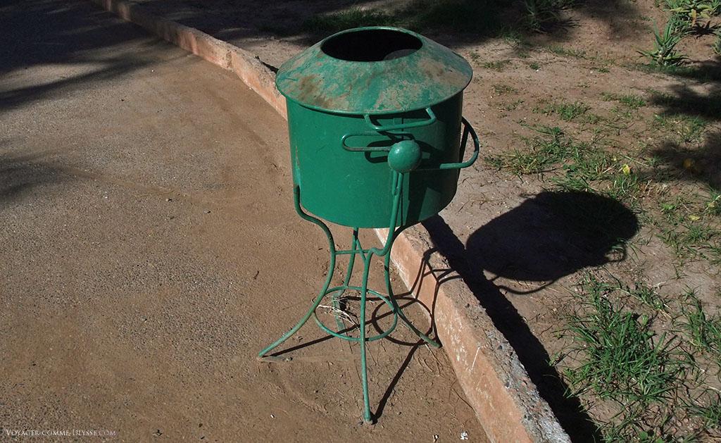 Un autre exemple de poubelle publique, entièrement en métal.