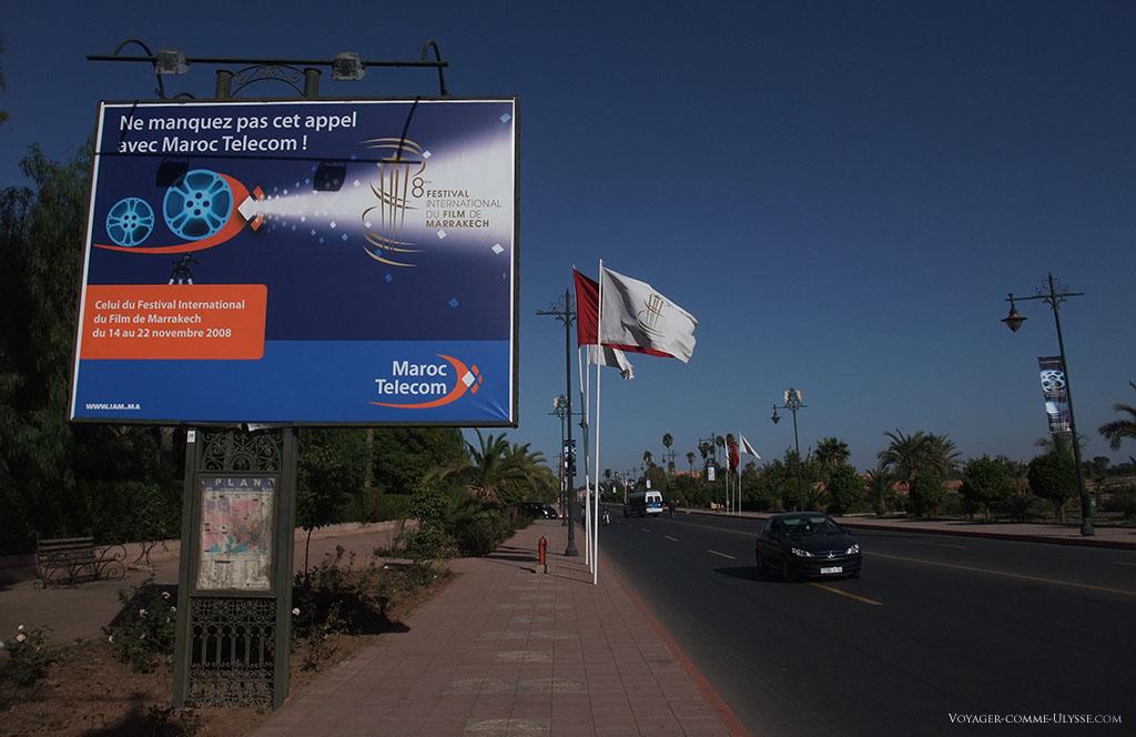 Vous remarquerez que la publicité de grand 4 par 3 est en français. Nous sommes sur une nouvelle voie, l'avenue Amir Moulay Rachid, qui utilise les plus belles pièces de mobilier urbain de Marrakech : c'est une vitrine du savoir-faire marocain.
