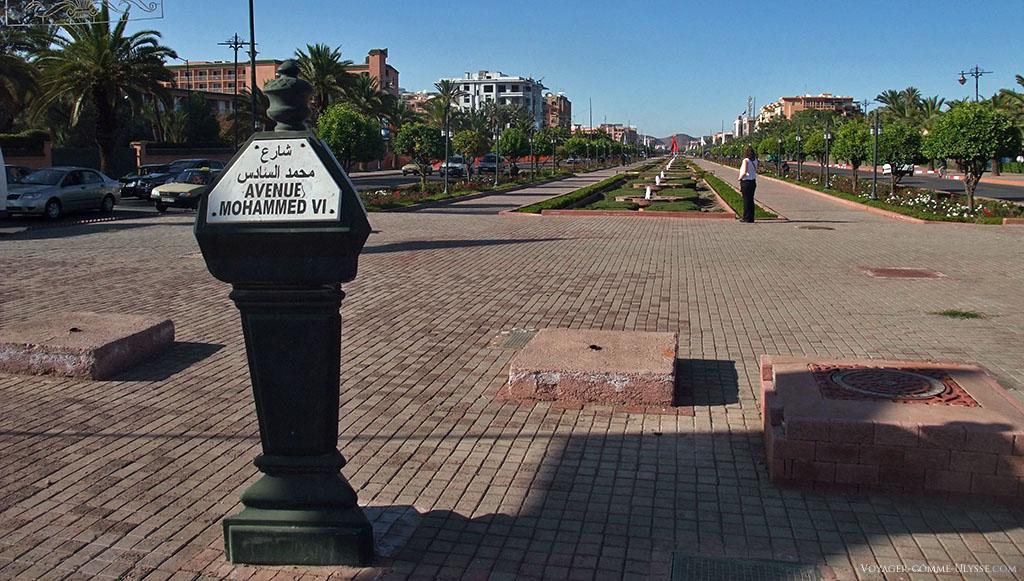 Plaque signalisant l'avenue Mohammed VI, roi du Maroc. C'est une avenue moderne, servant de repère au développement de la ville.