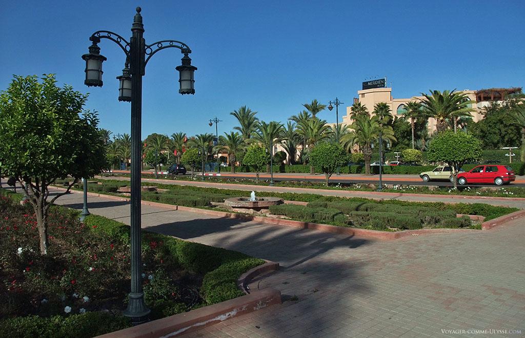 Les lampadaires, qui apportent la lumière et éclairent les voies publiques, sont l'un des éléments de mobilier urbain les plus visibles.
