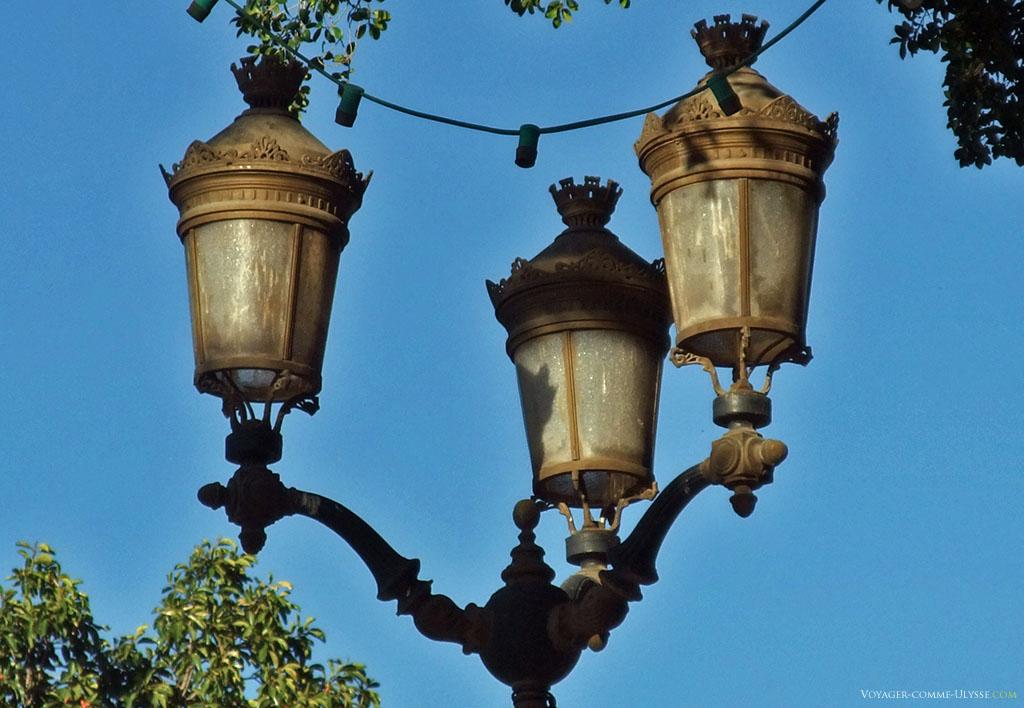 On apprécie mieux la qualité du travail sur ce gros plan de lampadaire de Marrakech.