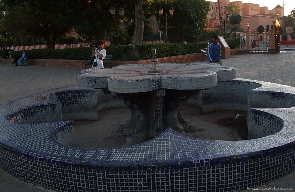 Une fontaine publique, sans eau.
