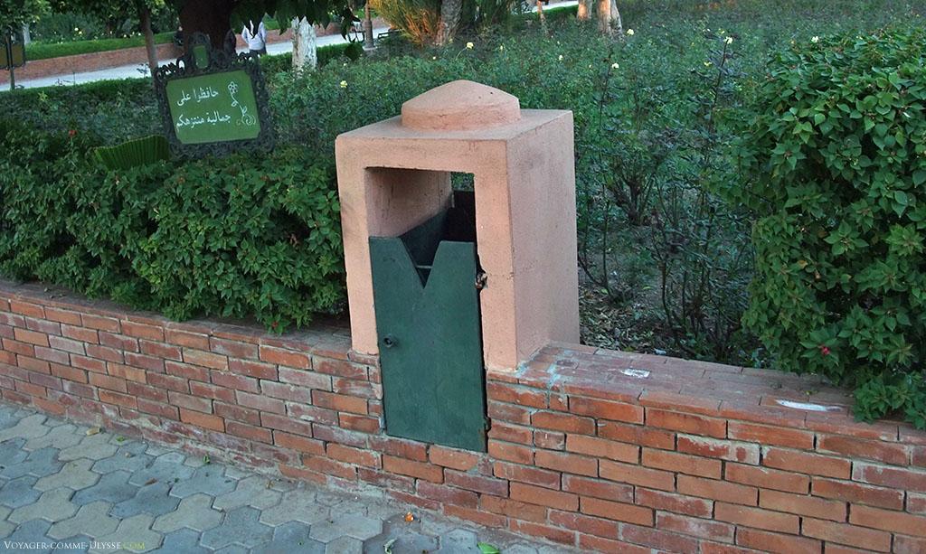 Les habitants de Marrakech donnent beaucoup d'importance au détail, ce qui se voit clairement dans leurs poubelles, parfaitement intégrées à l'architecture et l'ambiance de la ville.