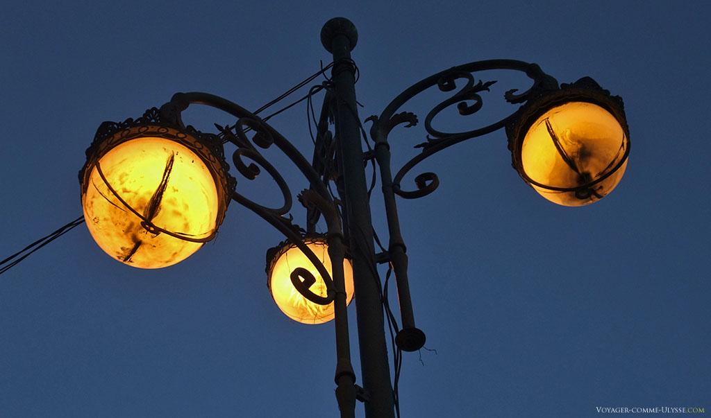 Le fer forgé, les arabesques, les dessins de ces lampadaires me fascinent...