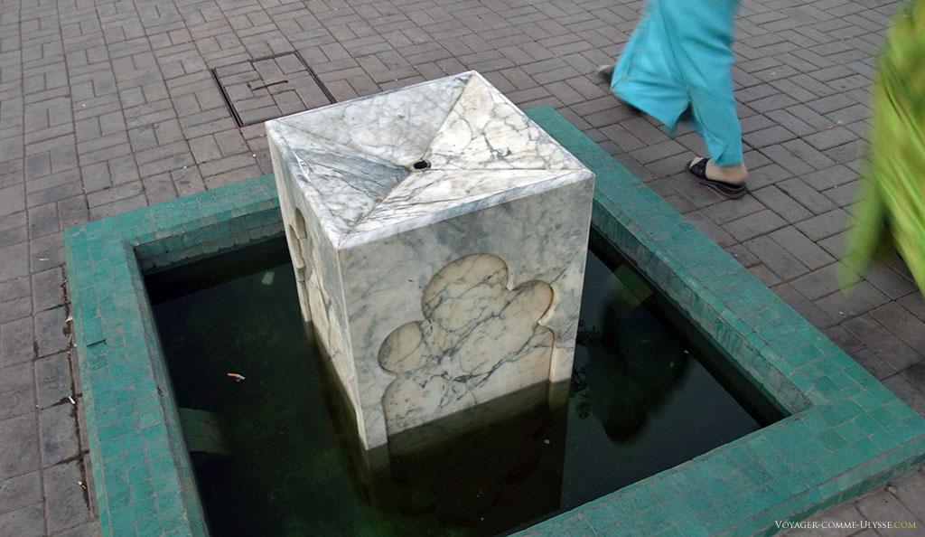 Cette petite fontaine en marbre, supposée servir au rafraîchissement des passants assoiffés, est bien mal en point...