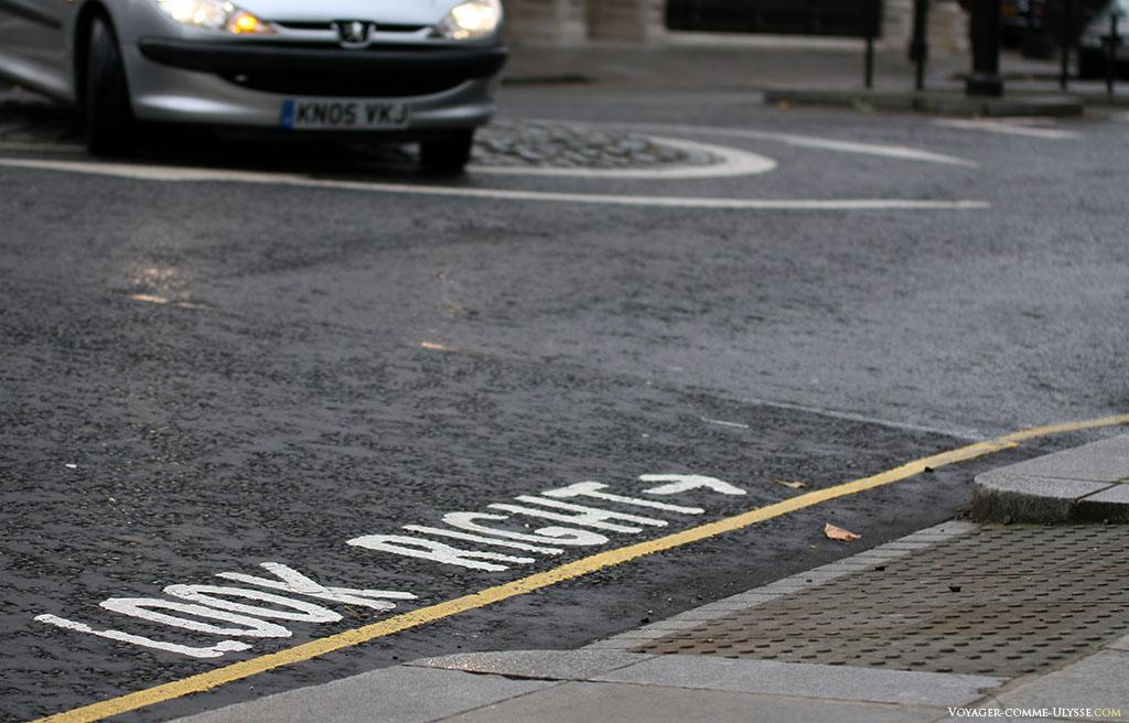A Londres, il y a du y avoir tellement de touristes écrasés par les voitures venant de droite qu'ils ont été obligés d'écrire par terre de regarder à droite! Il ne faut pas oublier qu'au Royaume-Uni, on roule à gauche! J'adore.