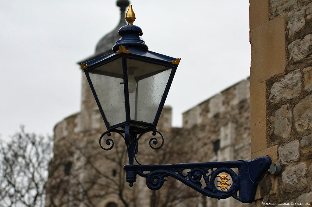 Un lampadaire de la Tour de Londres. Remarquez les trois canons dorés, qui se détachent du lampadaire bleu.