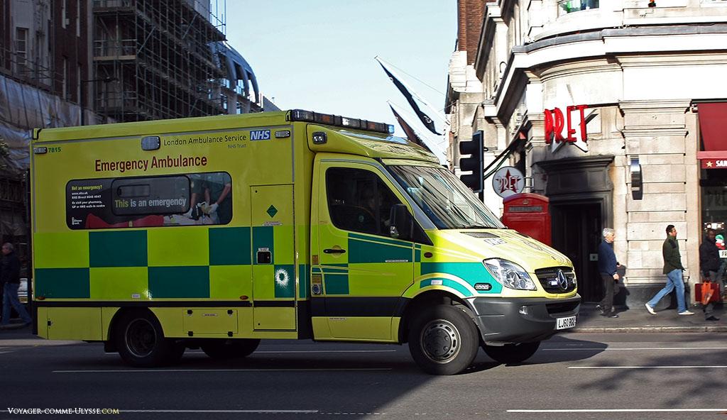 Une ambulance, équivalente au SAMU français. Les ambulances londoniennes sont jaunes et imposantes, impossible de les rater.