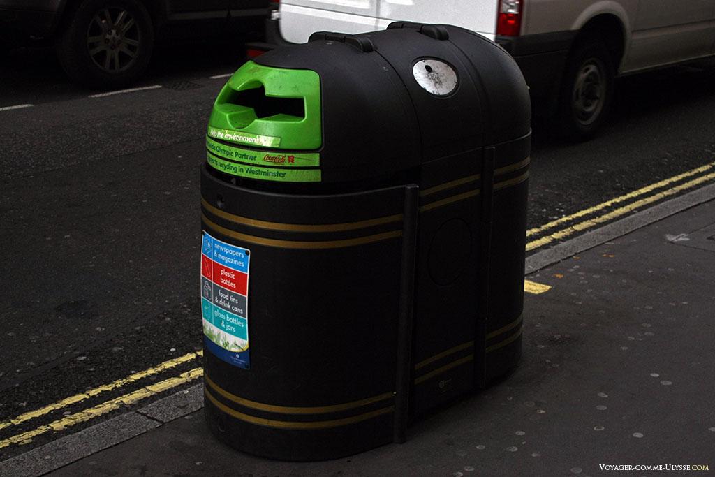 Poubelle pour le recyclage. Notez sa couleur, agréable, se fondant dans la ville, et ces bandes dorées décoratives. C'est une poubelle oui, mais une poubelle qui a la classe!