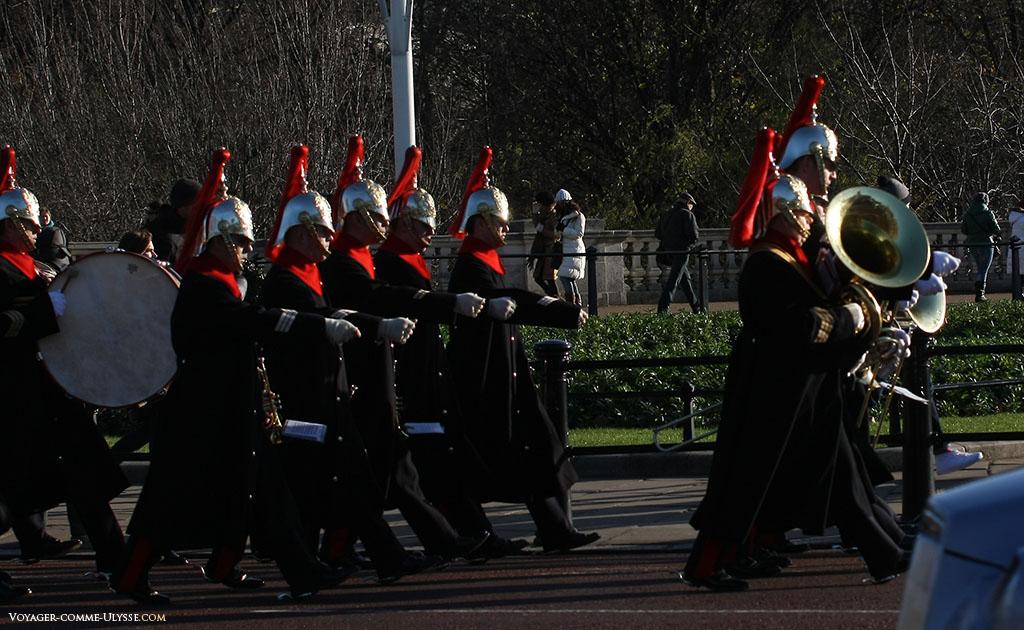 Un autre élément caractéristique de Londres, près de Buckingham Palace: une fanfare militaire qui parade.