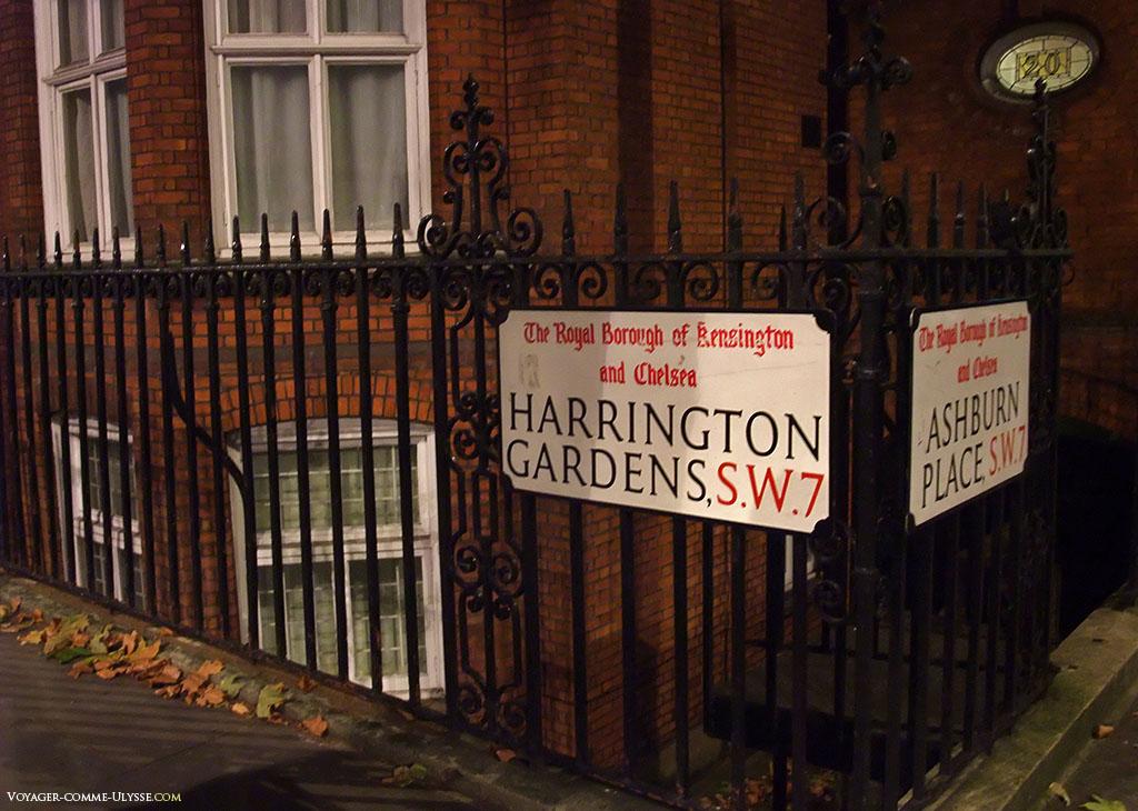 Plaque de nom de rue, dans l'un des quartiers résidentiels les plus chers de Londres.
