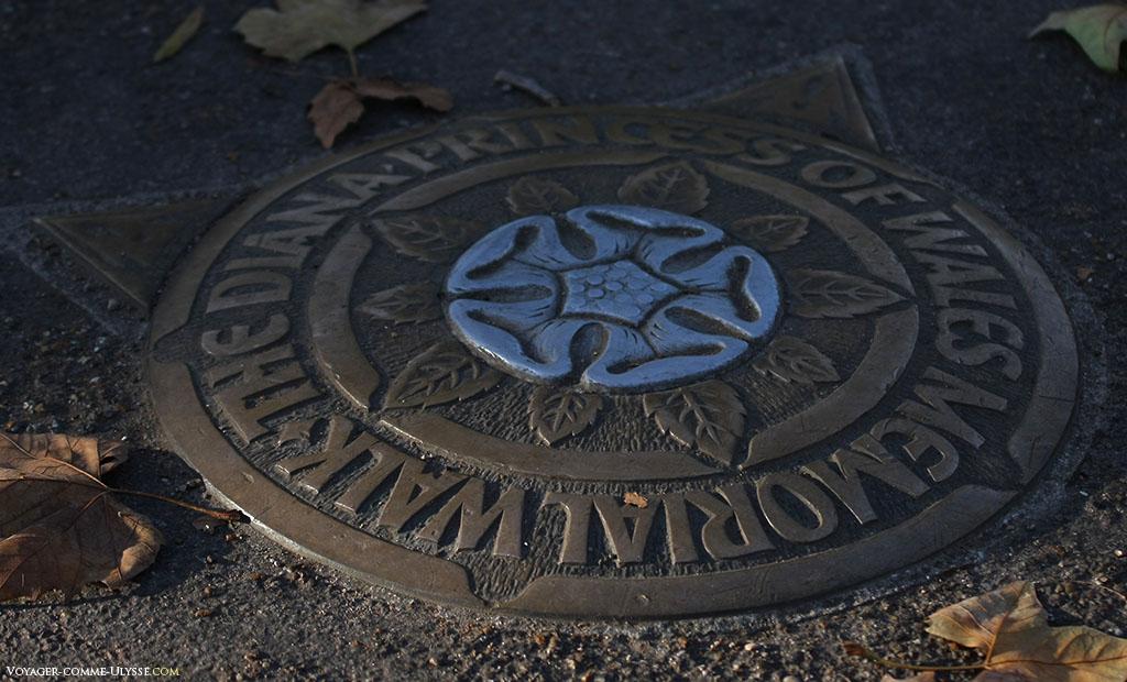 Une plaque au sol, commémorant la Princesse Diana, nous indiquant que nous sommes sur la Diana Princess of Wales Memorial Walk, une longue allée passant par les principaux jardins publics de Londres.