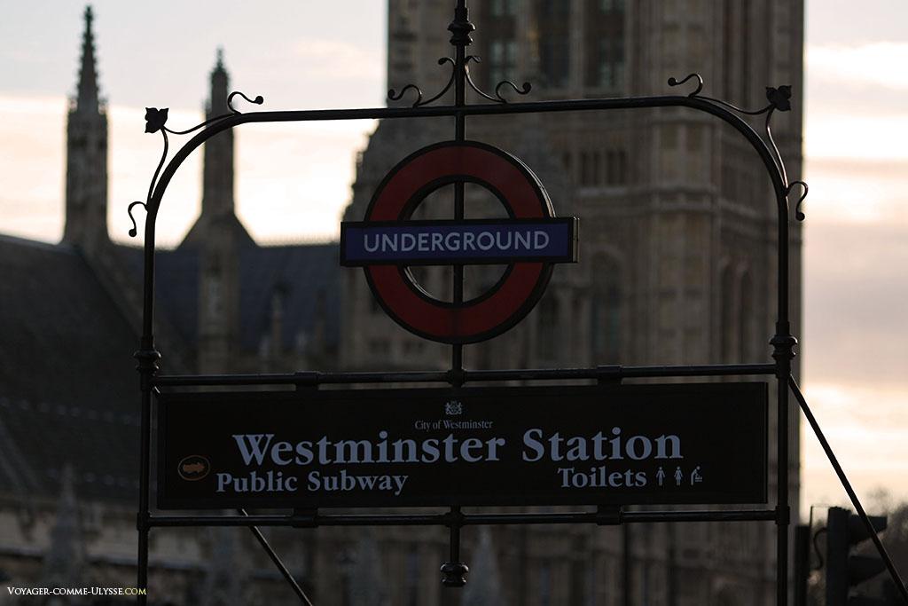 La plaque indiquant l'entrée du Métro, ici la station de Westminster.