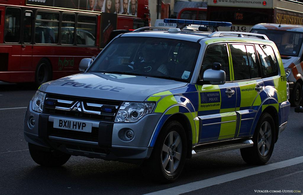 La police à Londres dispose de belles voitures modernes et efficaces. L'avantage quand on a plus de marque automobile nationale, c'est que l'on peut choisir en toute simplicité la meilleure voiture du moment pour les services publics, comme ici cette Mitsubishi.