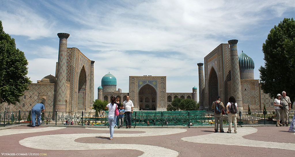 O Registan. À esquerda, a madrassa de Ulugh Beg, à direita, a sua gémea: a madrassa Shir-Dor, e ao fundo, a madrassa e a sua mesquita Tilla-Kari.