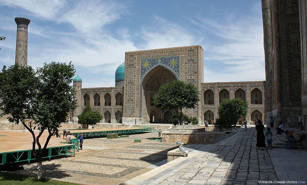 Au bout de la place Régistan, la madrasa Tilla-Kari et ses deux étages.