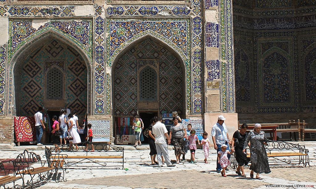 O pátio interior da madrassa está hoje ocupado pelos vendedores de artesanato e pelos seus clientes, turistas uzbeques na sua maioria. Gosto do facto de um lugar conservar este tipo de dinamismo, sobretudo se for para promover o artesanato!