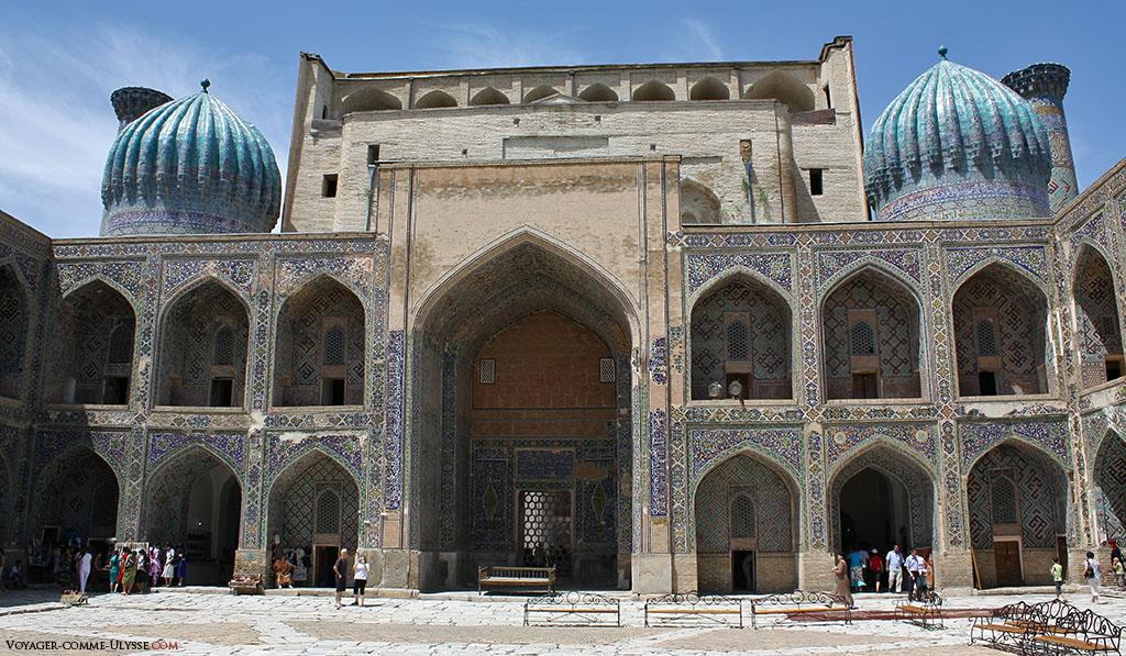 Vue de la cour intérieure de la madrasa Shir-Dor. On distingue les deux coupoles, caractéristiques permettant de différencier la madrasa de sa jumelle d'Oulough Bek, qui les a perdues par la force du temps...
