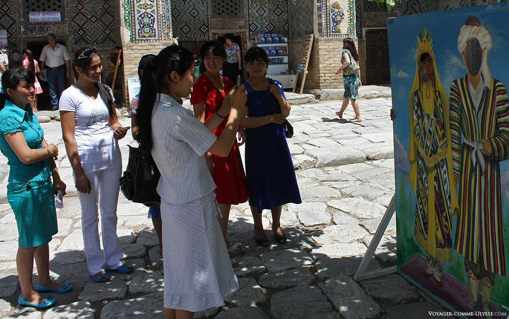 Dans cette ancienne madrasa, désormais très éloignée des préoccupations religieuses, on peut venir s'amuser et se prendre en photo.
