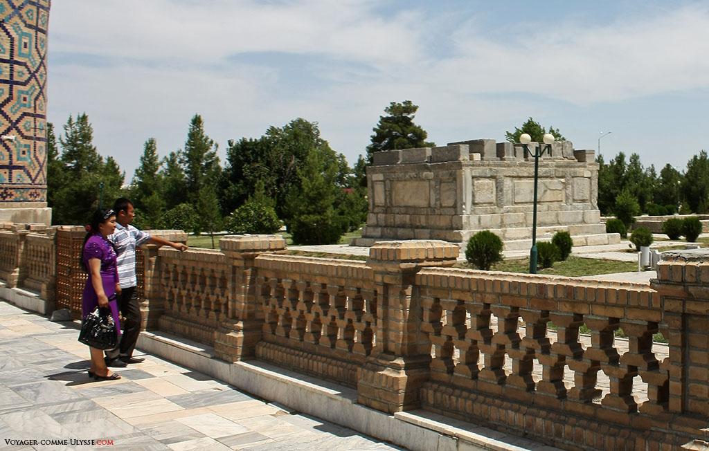 Au fond, le mausolée des Chaybanides, avec les pierres tombales par dessus.