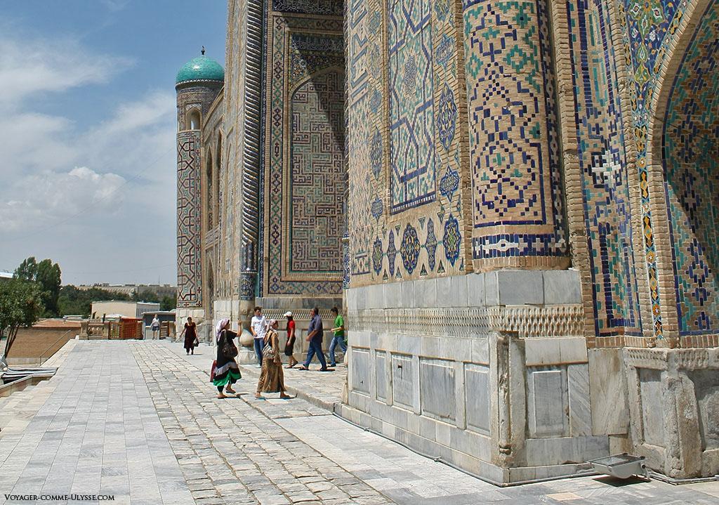 Façade de Tilla-Kari, et ses milliers de petites mosaïques géométriques.