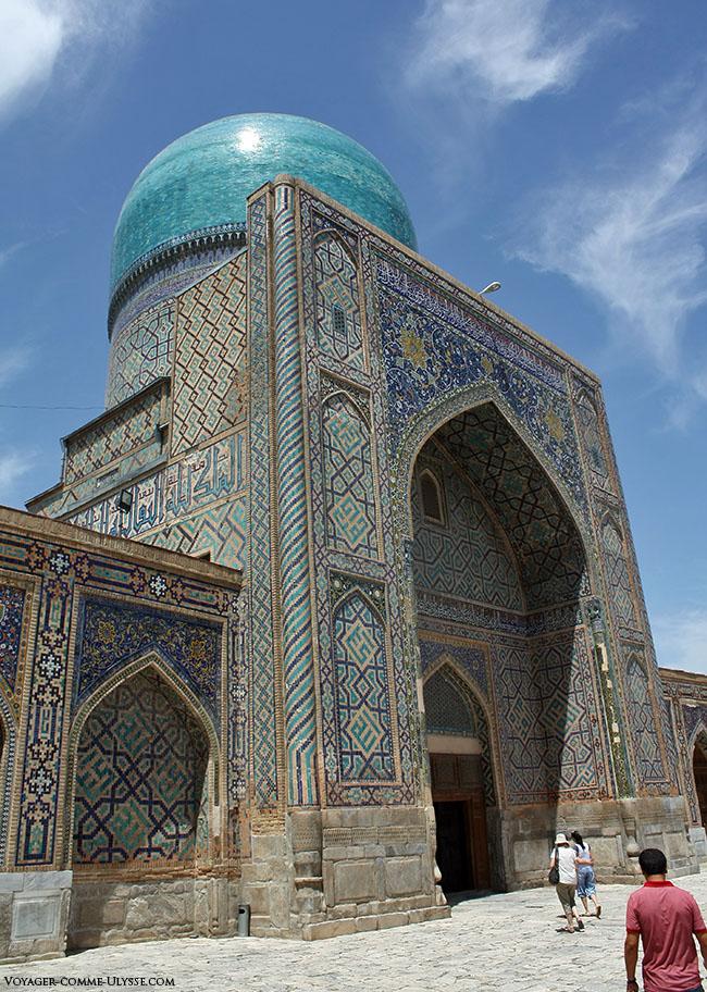 Entrada da mesquita de Tilla-Kari e a sua cúpula azul.