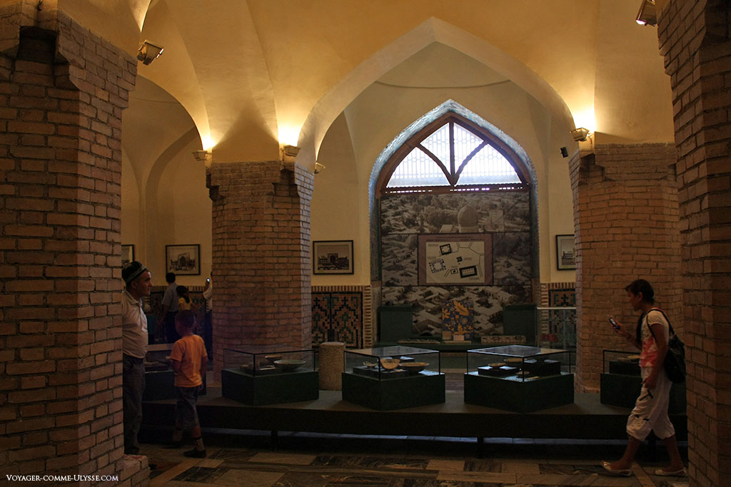 Umas das grandes galerias da mesquita, convertida num museu.