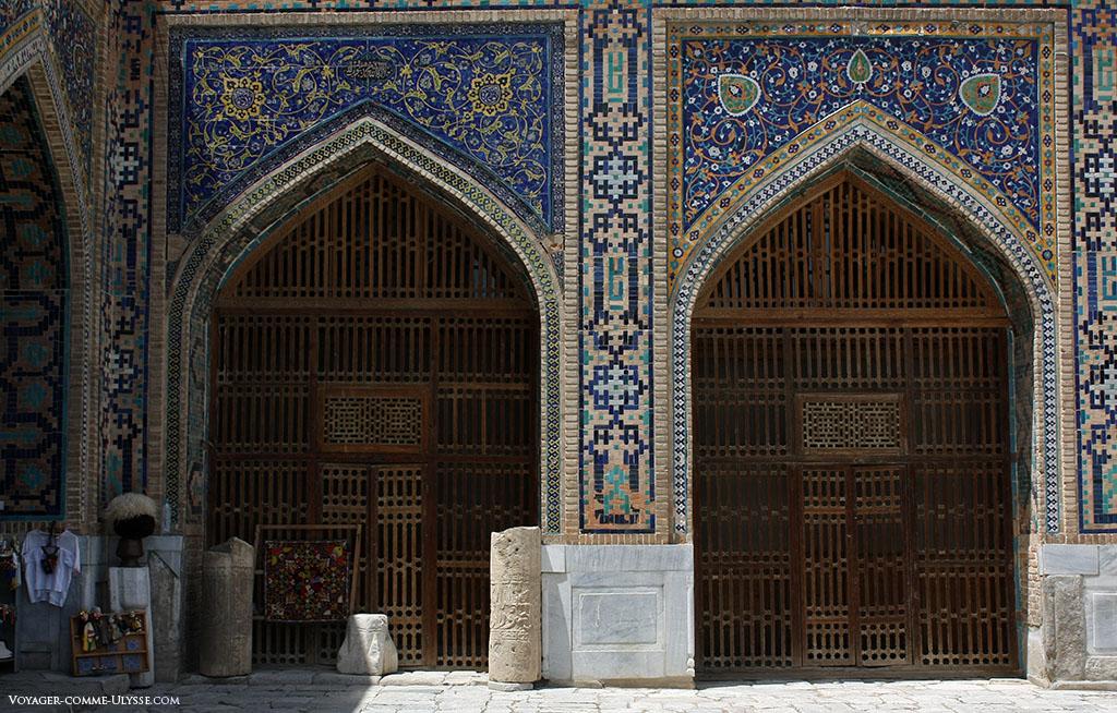 Portas de madeira do pátio interior de Tilla-Kari, finamente trabalhadas, valorizando o trabalho dos mosaicos presente em toda a parte.