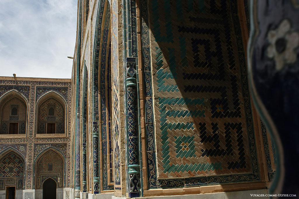 Détails de la cour intérieure de la madrasa d'Oulough Bek, décorée en coufique.