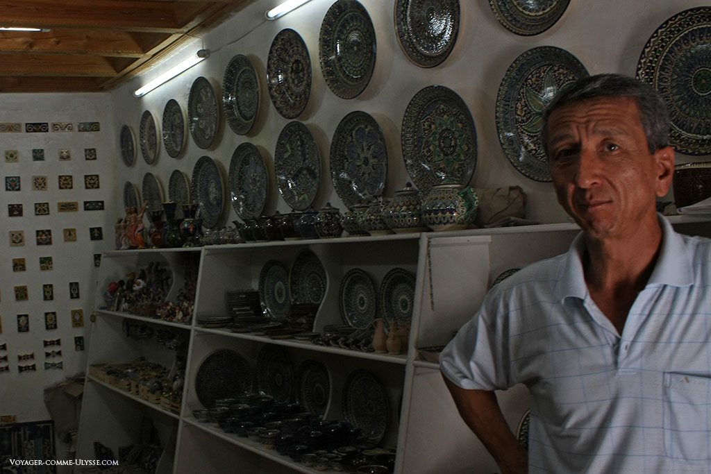 Dentro de umas das lojas das medrassas, um vendedor de pratos e de azulejos. Compramos recordações por um preço muitíssimo acessível, como por exemplo uma borboleta zoroastriana em majólica.