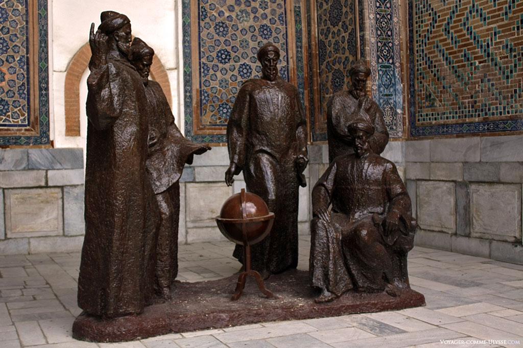 Ces statues commémorent le 600ème anniversaire de Mirzo Oulough Bek. Les montrant en pleine discussion scientifique, les statues de Kazizoda Rumi, Mirzo Oulough Bek, Ghiyasiddin Jamshed, Muhammad Khavofi et Ali Kushchi.