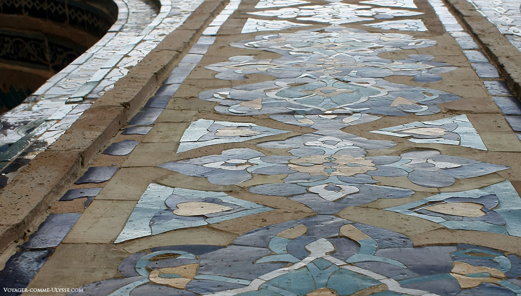 Gros plan sur les majoliques du Régistan. C'est un travail inouï que de faire une à une toutes ces pièces décoratives.