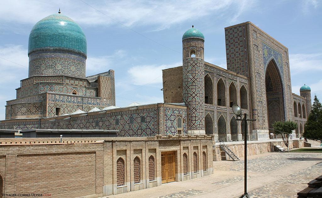 A gauche, la grande coupole bleue de la madrasa Tilla-Kari.