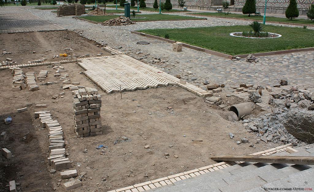 Le Régistan est un chantier permanent, comme ici un nouveau pavage du sol en cours.