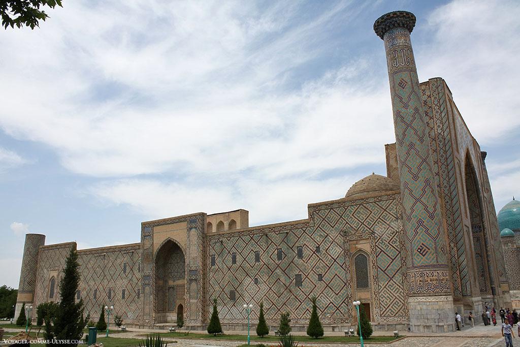 Madrassa de Ulugh Beg, totalmente coberta de azulejos.