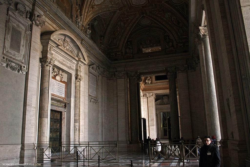 Nartex de São Pedro de Roma. Algumas portas de bronze da igreja só abrem em ocasiões especiais.