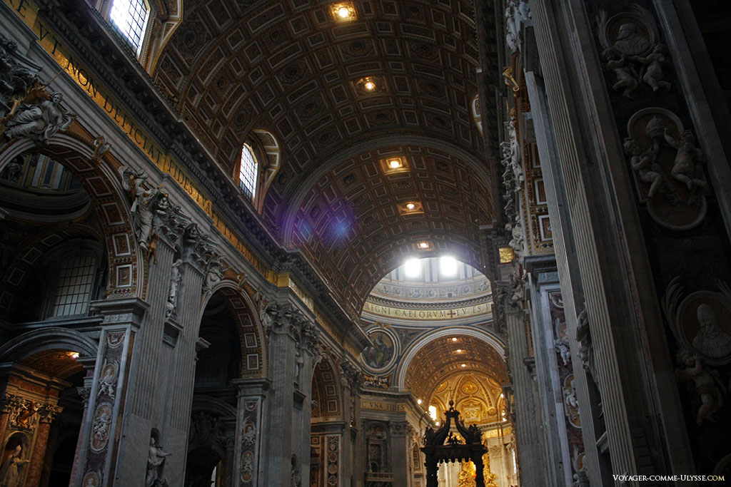 La voûte de la nef est à 44 m de hauteur. Les murs sont entièrement décorés de chérubins, qui se retrouvent un peu partout dans la basilique.