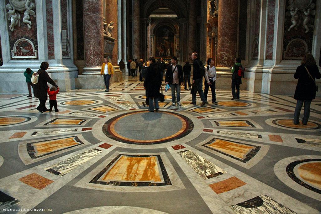 O chão de São Pedro é todo ele coberto de mármore policromado.