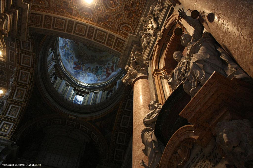 Túmulo de Inocêncio XII, construído por Filippo Della Valle, no primeiro plano, a figura alegórica da Justiça. Nota-se a pequena cúpula pintada.