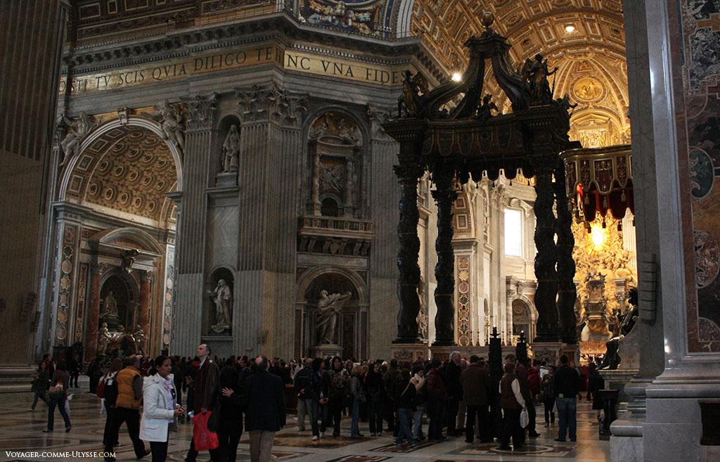 Le baldaquin, au milieu de la croisée du transept. Au fond, l'abside et la Cathedra Petri, la Chaire de Saint-Pierre. Au fond à gauche, on aperçoit le tombeau d'Alexandre VII.