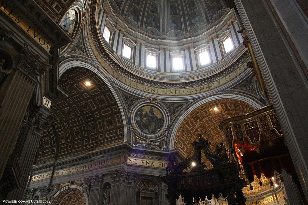 Au dessus de chaque pilier, juste en dessous du dôme, les quatre évangélistes sont représentés dans des mosaïques contenues dans des médaillons de 8,5m. Saint Marc et Saint Mathieu furent élaborés par Cesare Nebbia, Giovanni De Vecchi réalisa Saint Luc et Saint Jean.