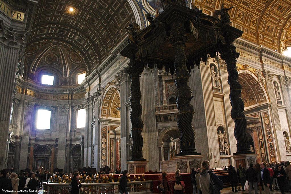 Au premier plan, l'immense baldaquin de bronze, à la croisée du transept.