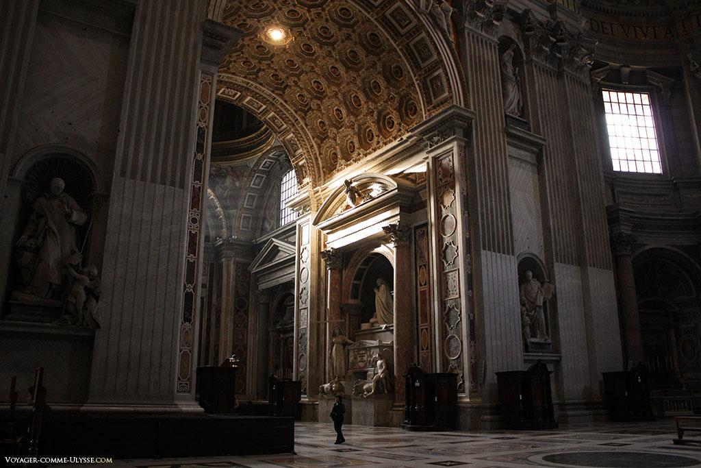 Le monument de Clément XIII, en plein centre, est une oeuvre de Antonio Canova.