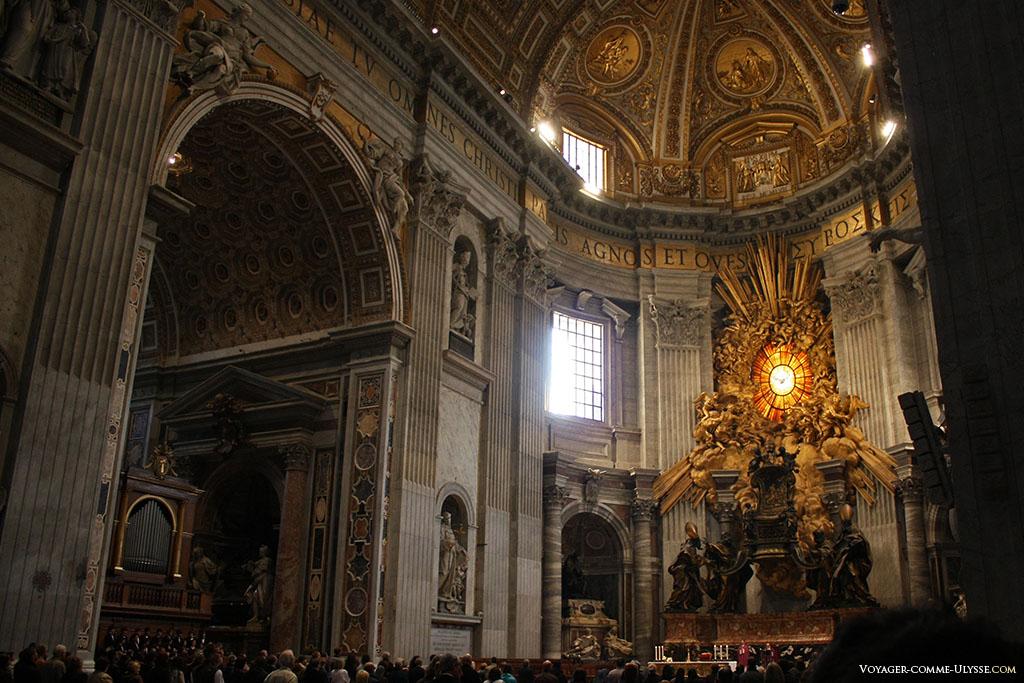 On peut voir dans l'abside, au dessus de la Chaire de Saint-Pierre se trouve un vitrail, avec en son centre une colombe. L'effet est théâtral, avec les papes qui sont représentés au pied de la chaire.