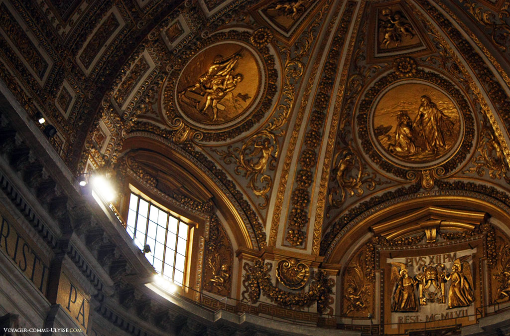 Détail du plafond de l'abside, avec ses décorations entièrement dorées. Au centre, des inscriptions à la mémoire de Pie XII.